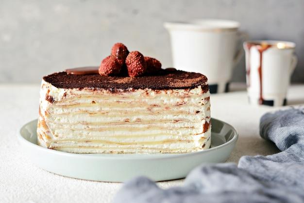Блинный торт из тонкого крепа со сливочным кремом, какао, шоколадом