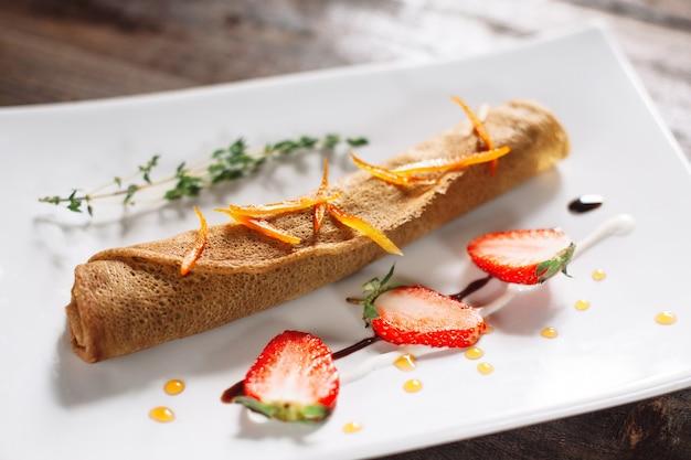 크레페 장식 흰색 접시에 딸기