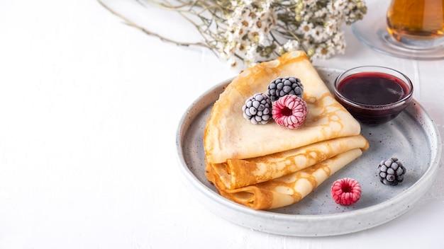 Креп с ягодами на тарелке