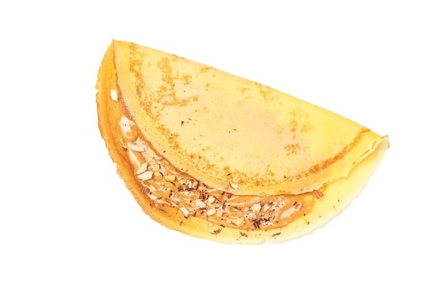 Креп с арахисовым маслом и орехами, изолированные на белом фоне