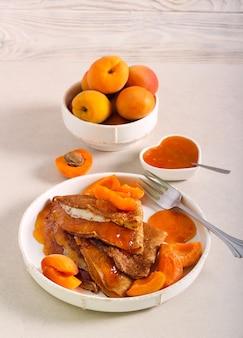 Блинчики с абрикосовым джемом, подаются на тарелке
