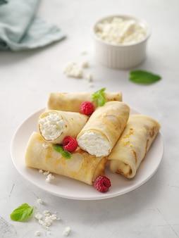 カッテージチーズ、ストロベリー、ミントのクレープ。詰め物が入った薄いパンケーキ。パンケーキウィークまたはshrovetide。パンケーキフラップジャック薄いケーキカード充填クレープカッテージチーズ。