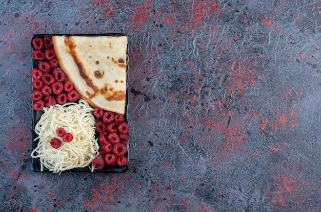 화이트 치즈와 라즈베리를 곁들인 크레페. 무료 사진