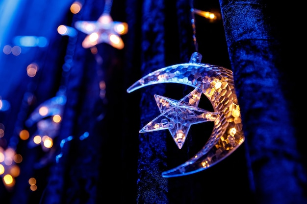 三日月と星。明るい装飾。