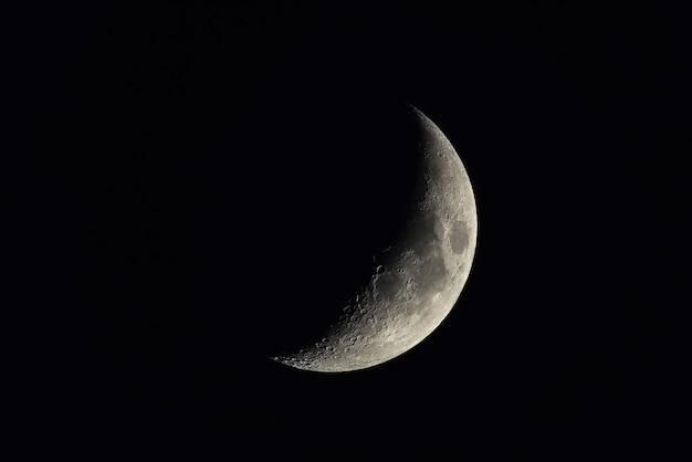 Полумесяц на темном ночном небе