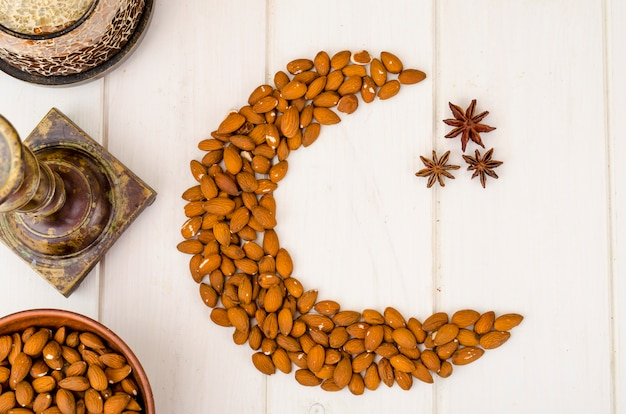 イスラム教徒の休日のためのナッツの三日月。