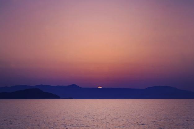 クリティサンセット。海、太陽、スケ。ギリシャの印象