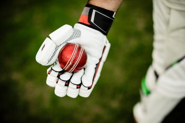 Игрок в крикет готовится к игре