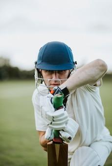 Giocatore di cricket in campo in posizione di battuta
