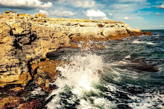 흑해의 물에 의해 씻겨 진 크림 황량한 바위 해안
