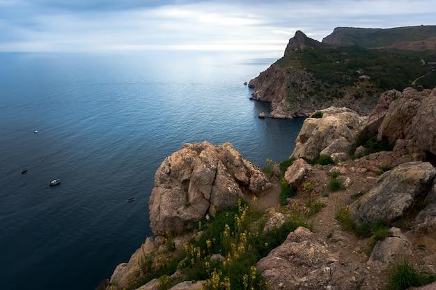 Крымские горы в балаклаве, севастополь, побережье черного моря