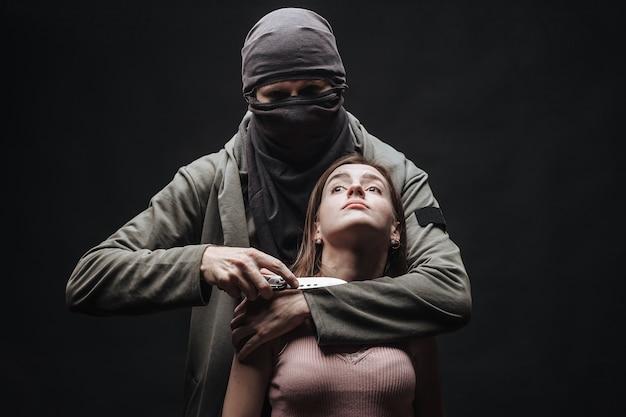 Угрожающая девушка с ножом