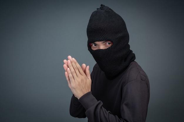 범죄자는 회색에 검은 마스크를 착용