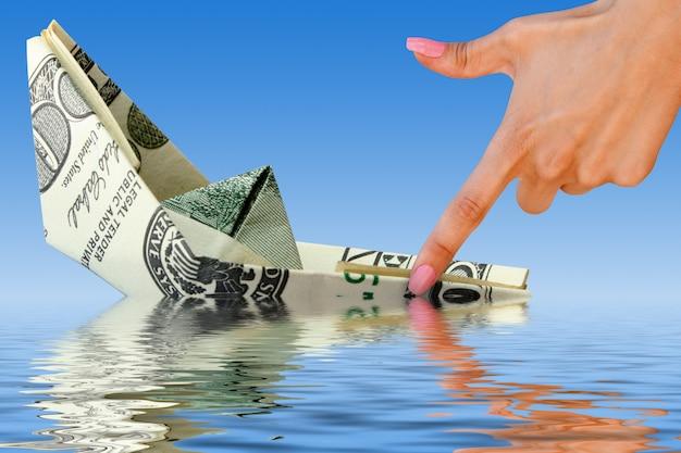 Кризис. корабль денег в воде
