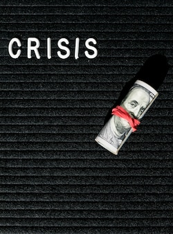 Parola di crisi e banconote con elastico