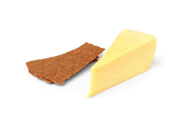 白で分離されたクリスプブレッドとチーズ。
