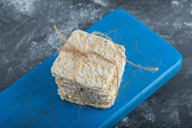 나무 커팅 보드에 로프에 바삭 바삭한 빵.