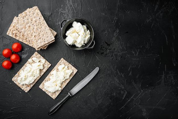 검은색 돌 테이블에 버터 세트가 있는 바삭한 빵