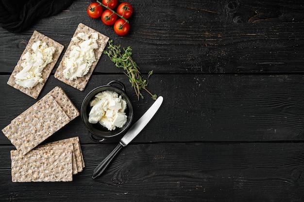버터 세트가있는 바삭 바삭한 빵, 검은 나무 테이블, 평면도 평면 누워