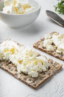 흰 돌 테이블에 버터 세트로 바삭 바삭한 빵