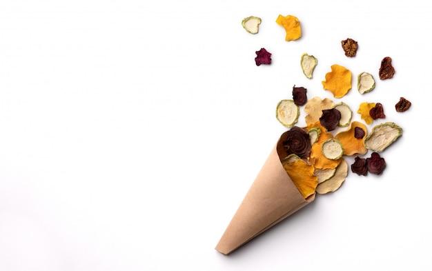 紙コップにカリカリしたカリカリの有機野菜チップ。オーブン焼きカボチャ、ビートルート、スカッシュ、トマト、にんじんチップスナック