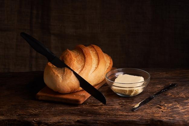 Свежий домашний хлеб. crisp. хлеб на закваске. пресный хлеб. диетический хлеб