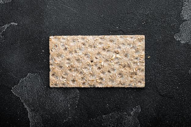 해바라기, 치아 및 sesames 씨앗과 crispbread, 검은 색 어두운 돌 테이블 배경, 상위 뷰 평면 누워, 텍스트 복사 공간