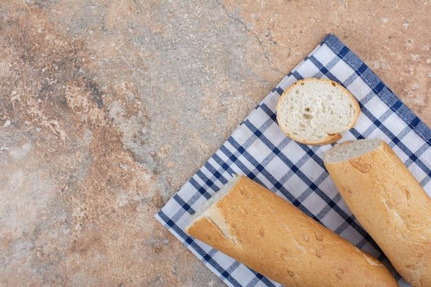 縞模様のテーブルクロスにサクサクのバゲットスライス