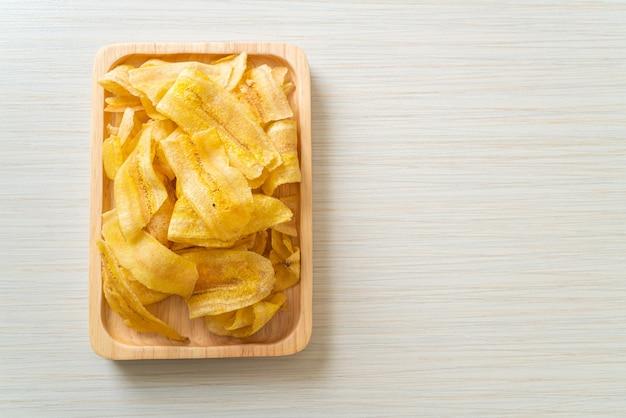 바삭한 바나나 칩. 튀기거나 구운 바나나 슬라이스