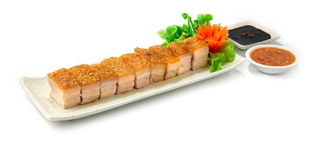 바삭 바삭한 배 돼지 고기 홍콩 스타일 브라운 스킨으로 바삭 바삭한 블랙 간장과 해산물 디핑 소스로 당근과 야채 사이드 뷰 장식