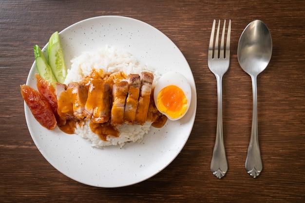 カリカリの腹豚バラ肉とバーベキューレッドソース