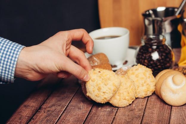 シャキッとしたビスケットはお菓子を食べるコーヒーの朝食のカップ