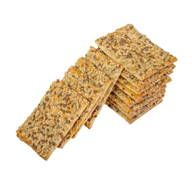 Хрустящий хлеб с семенами подсолнечника, льна и кунжута, изолированные на белом фоне