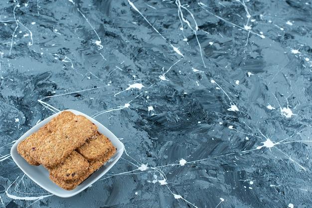 大理石の背景に、ボウルにサクサクのパン粉。