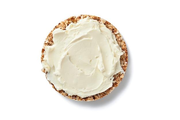 흰색 배경에 분리된 크림 치즈와 함께 바삭한 메밀 빵 케이크 글루텐 무료