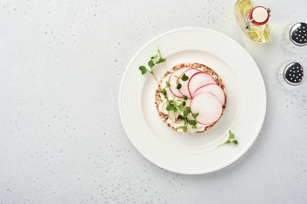 Хрустящий гречневый пирог без глютена со сливочным сыром, красной редькой и микрозеленью для здоровья
