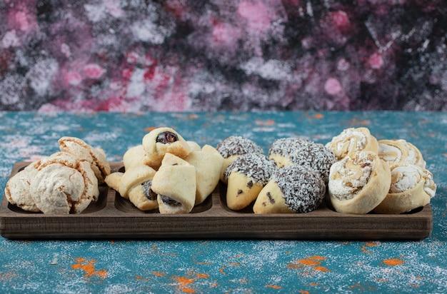 Biscotti croccanti al burro con zucchero a velo nel vassoio di legno