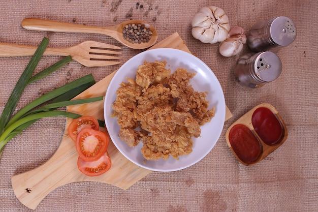 クリスピーチキンステーキ、トマトソースと野菜