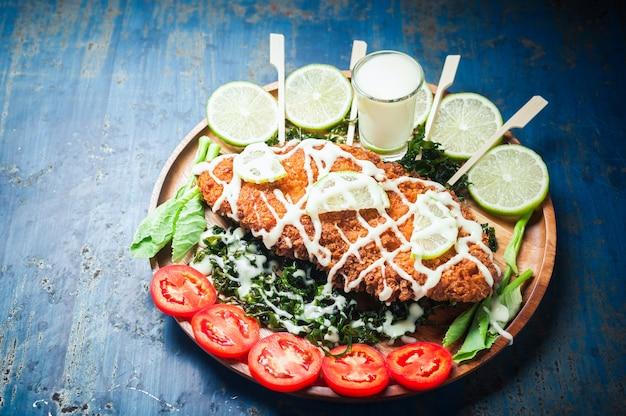 クリスピーチキンレモンソース、タイ風の料理。
