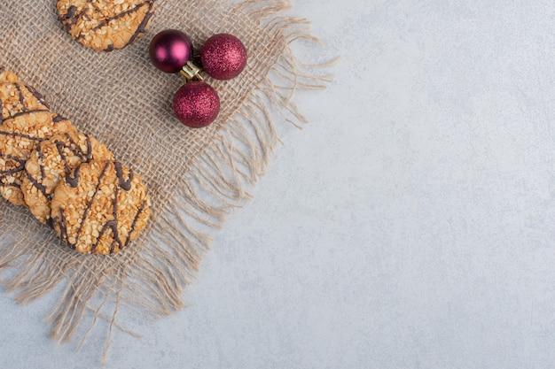 대리석 표면에 천 조각에 바삭한 쿠키와 크리스마스 싸구려