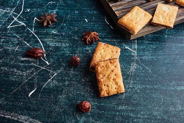 Хрустящие печенья на синем столе.