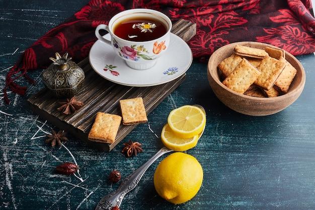 Biscotti croccanti con una tazza di tè.