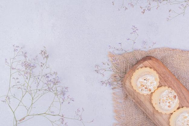 Biscotti croccanti su una tavola di legno su un pezzo di tela da imballaggio