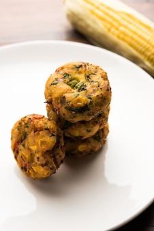 Хрустящая кукуруза тикки, пакора, пакода или паттис, также известная как котлета. подается с зеленым чатни. выборочный фокус
