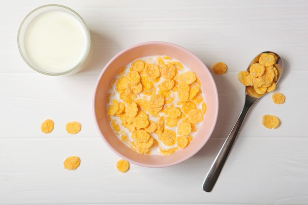 테이블 클로즈업에서 아침 식사로 우유를 곁들인 바삭한 콘플레이크