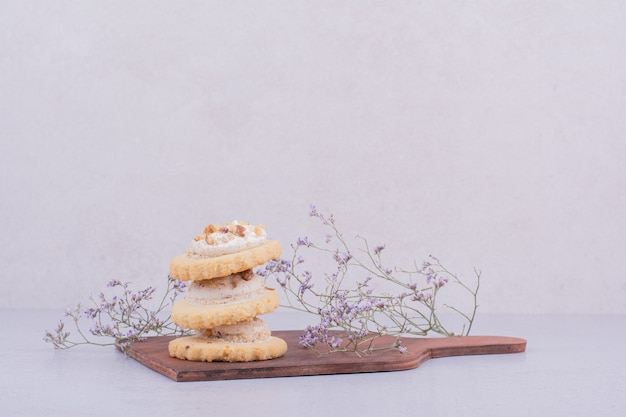 Crispy cracker with whipping cream on a wooden platter