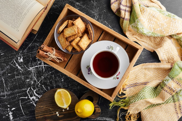 Cracker croccanti con ripieno di cioccolato con una tazza di tè, vista dall'alto.