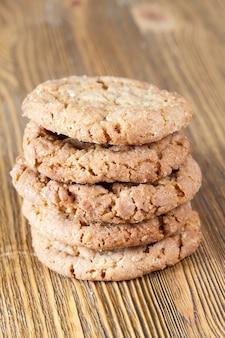 나무 테이블, 근접 촬영 음식에 바삭한 무너질 밀 쿠키