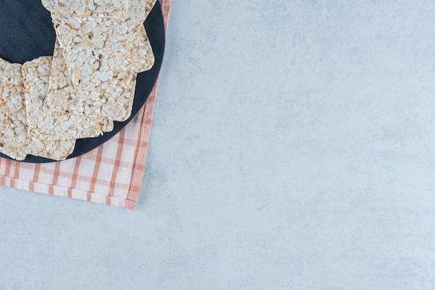 大理石の塔のまな板にサクサクのダイエット食品。