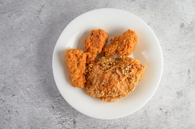 Crispy fried chicken sprinkled with pepper seeds